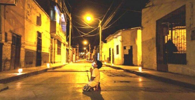 Un niño se arrodilla en plena calle durante la noche a rezar sin saber que alguien lo escuchaba.