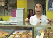 Se niega a recibir dinero para su esposa enferma y sus clientes le vacían la tienda en horas..