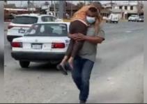 Captan a un joven cargando a su madre enferma como si fuera una bebé para protegerla..