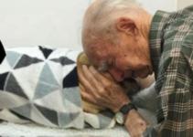 Un anciano de 96 años se aferra a su perro fallecido tras la reciente muerte de su esposa.