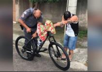 Un policía intercepta a un humilde repartidor y le regala una bicicleta para que pueda trabajar..